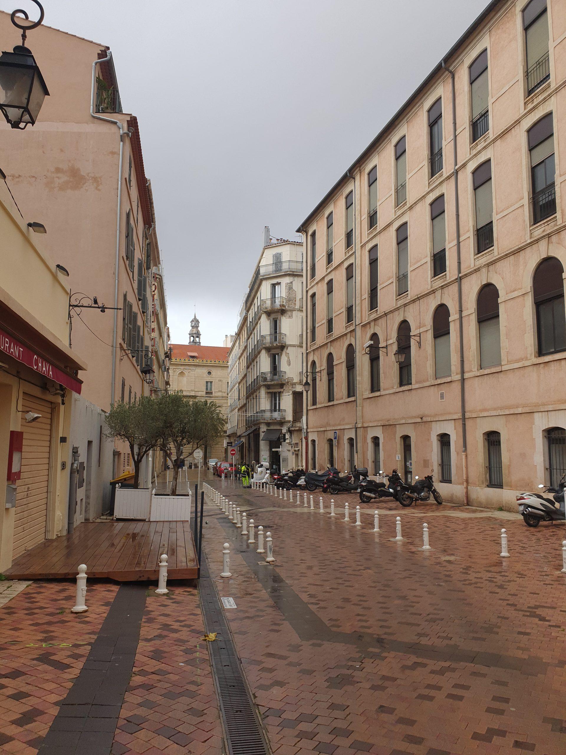 TOULON CENTRE,murs et fond d'un local commercial en zone franche piétonne